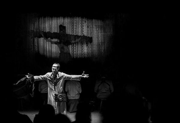 Dinho Lima Flor interpreta o bispo no espetáculo O avesso do Claustro. Foto: Alecio Cezar