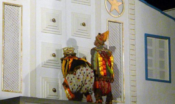 Os dois Mateus do Baile do Menino Deus procuram a casa da Família Sagrada. Foto: Ivana Moura