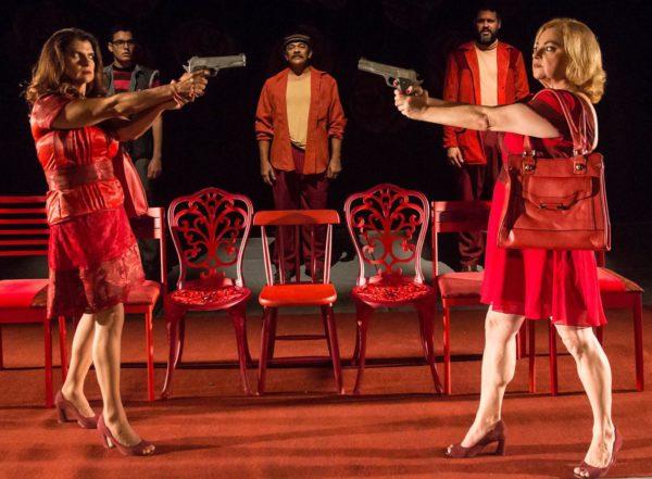 Em tom cômico, peça mostra que mulheres traídas podem ser perigosas. Fotos: João Rogério