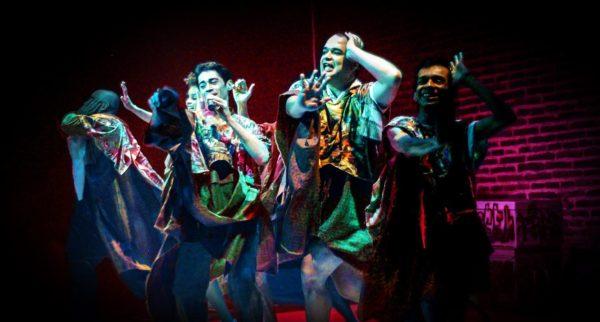 Coletivo Angu de Teatro faz show com repertório musical. Na foto, o grupo em início de carreira
