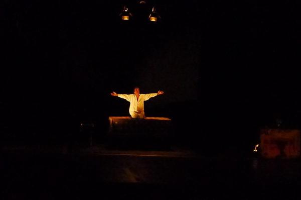 Carlos Paulo no espetáculo Do Desassossego. Foto: Ivana Moura