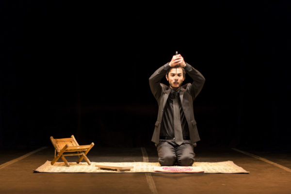 OE Espetáculo inspirado na obra do escritor japonês Kenzaburo Oe Com Eduardo Okamoto Encenação de Marcio Aurelio Dramaturgia inédita de Cássio Pires
