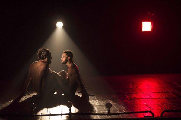André Brasileiro e Daniel Barros numa cena de Ossos. Foto: Divulgação