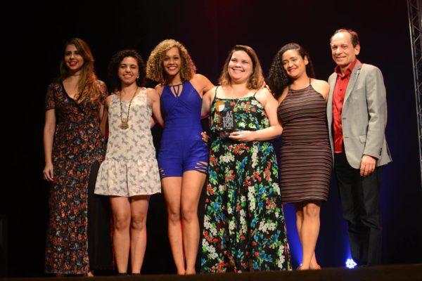 Alguém Pra Fugir Comigo, a grande surpresa da noite, recebeu prêmio das mãos do secretário de Cultura Marcelino Granja