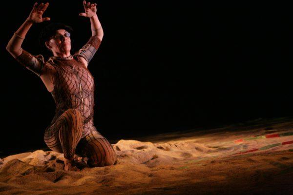 Meia tonelada de areia no palco. Foto: Marcos Aurélio / Divulgação