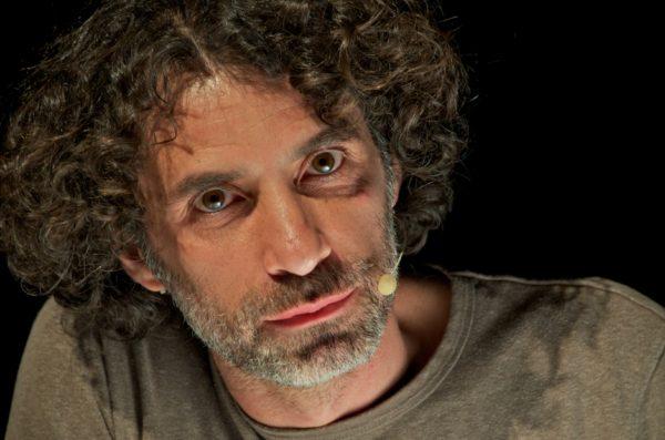 Artista libanês Rabih Mroué apresenta três trabalhos. Foto: Houssam Mchiemech