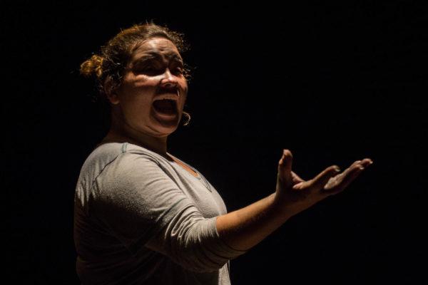 Analice Croccia divide a encenação com Quiercles Santana. Foto: Mariá Vilar / Divulgação