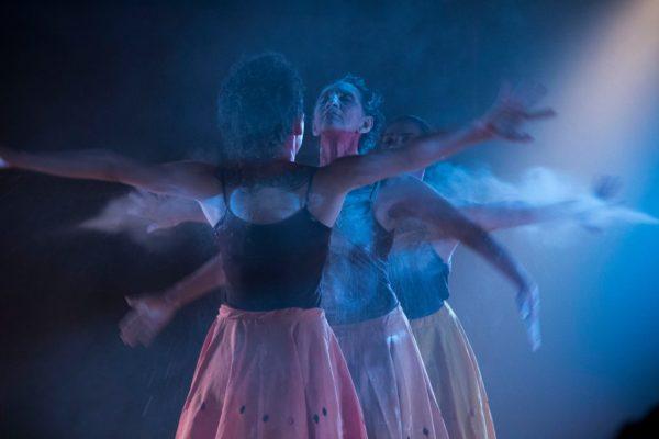 Iuminação de , Lau Veríssimo em performance Foto de Fernando Figueirôa