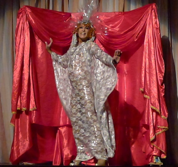 Henrique Celibi na peça As Perucas de Bibi. Foto: Ivana Moura