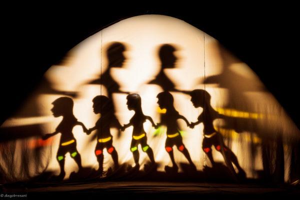 Iara - O encanto das águas, da Cia. Lumiato (DF), explora várias técnicas de sombras, deslizando entre as escalas entre o grande e pequeno Foto: Diego Bresani Os dois manipuladores desvendam a construção da manipulação diante da plateia. Foto: Diego Bresani