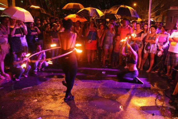 População encarou a chuva no sábado e ocupou a Rua do Hospício. Foto Xirumba Amorim