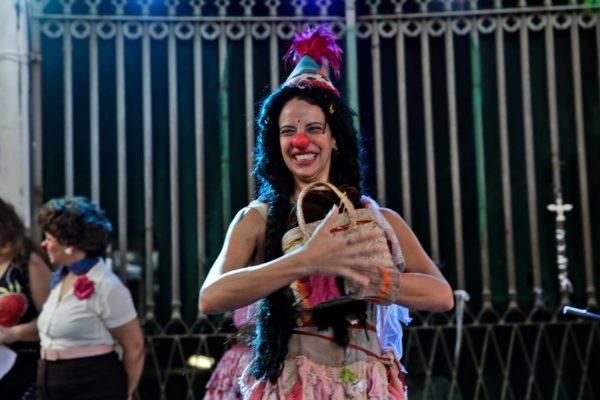 Sema Silvinha Góes, a lunática palhaça Sema, comemorou o aniversário na Virada. Foto: Ricardo Maciel