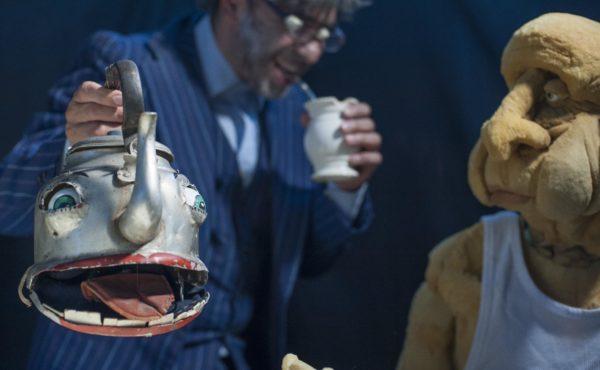 Sergio Mercurio e seu boneco em tamanho humano. Foto: Pablo Gonzales