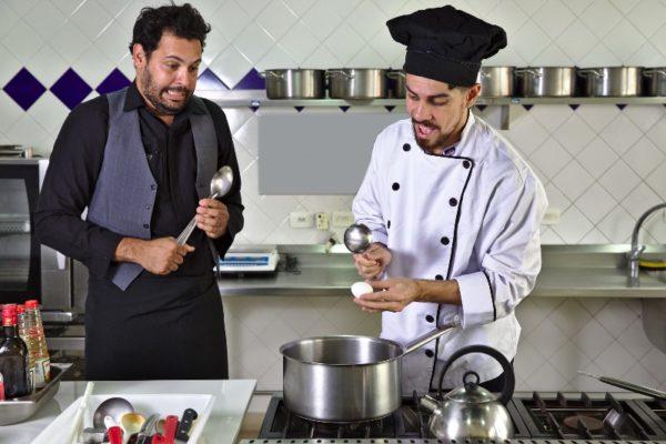Comédia Shakesfood mistura gastronomia e Teatro de Objetos. Foto: Ricardo Maciel / Divulgação