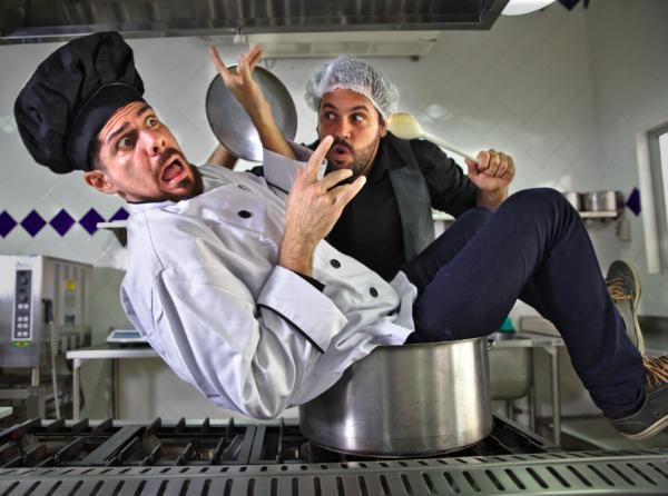 Thiago Ambrieel e Diógenes D. Lima em Shakesfood. Foto: Ricardo Maciel/ Divulgação