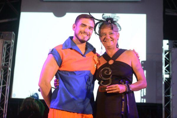Célia Regina, com um dos apresentadores da noite, Tiago Gondim. Foto: Pedro Portugal