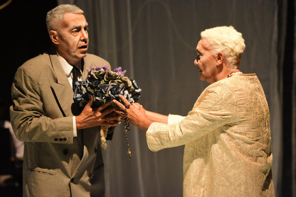 Carlos Lira e Célia Regina em atuações comoventes