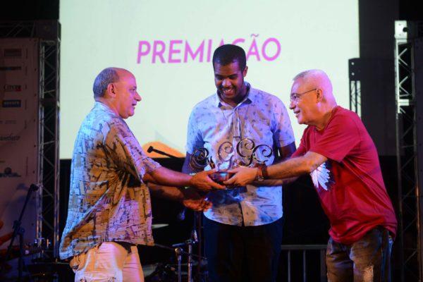 Fred Nascimento, de Retomada, recebe prêmio de Antonio Cadengue. Foto: Pedro Portugal