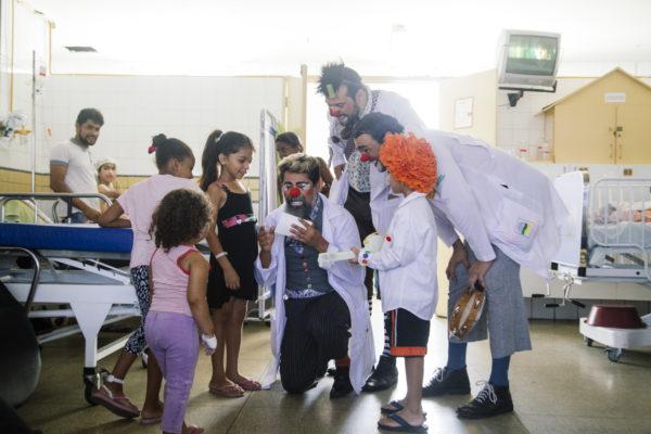 Arilson Lopes, ao centro, como Dr. Ado, no Hospital da Restauração. Foto: Lana Pinho