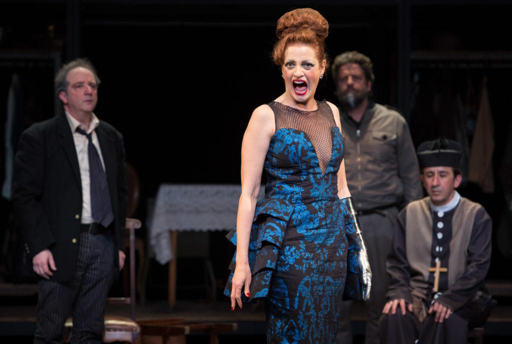 Denise Fraga protagoniza espetáculo de Friedrich Dürrenmatt e divide a cena com mais doze atores, incluindo o pernambucano Tuca Andrada. Foto: Cacá Bernardes