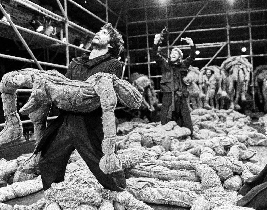 Cerca de 250 bonecos de feltro em tamanho natural compõem o palco-instalação. Foto: Roberto Pontes/Divulgação