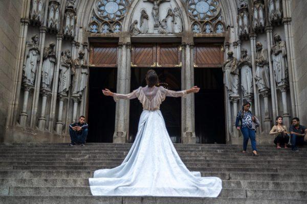A Noiva nas escadarias da Igreja da Sé de São Paulo. Foto: Rogério Alves /423 / Divulgação