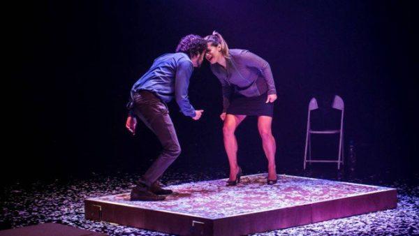 Monica Bittencourt e Lucas Lacerda em espetáculo sobre fake news. Foto: Mauricio Fidalgo
