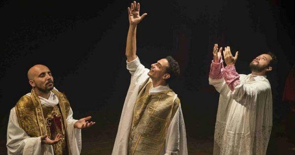 Os atores Márcio Fecher, Júnior Aguiar e Daniel Barros em peça sobre Dom Helder. Foto: Divulgação