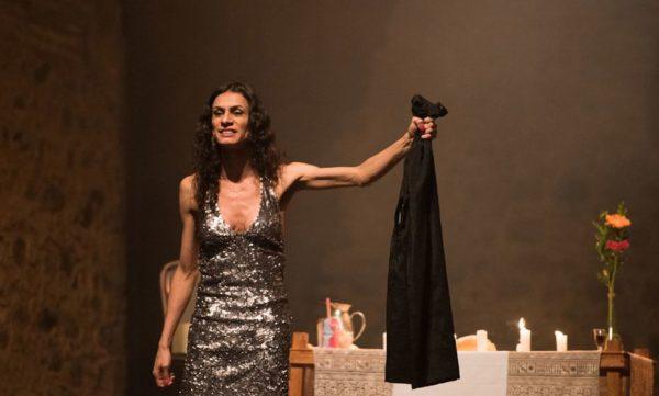 Renata Carvalho, em cena da peça que defende valores cristãos, como o amor ao próximo. Foto: Leonardo Pastor/Divulgação