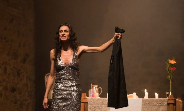 Renata Carvalho, em cena de 'O Evangelho segundo Jesus, Rainha do Céu'Foto Leonardo PastorDivulgaçã