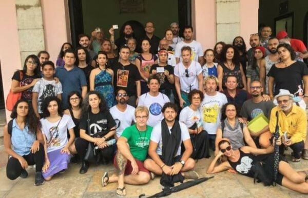 Ato contra extinção do DRT de artista, foto na porta do Teatro de Santa Isabel
